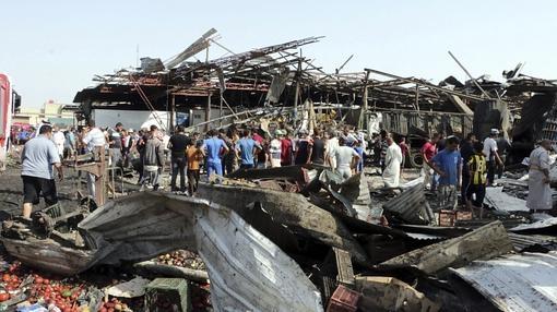 Los curiosos se arremolinan tras un atentado en el centro de Bagdad