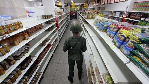 Un soldado vigila un supermercado en San Antonio de Táchira, Venezuela