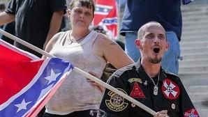 Un grupo de supremacistas blancos se manifiestan con la bandera confederada