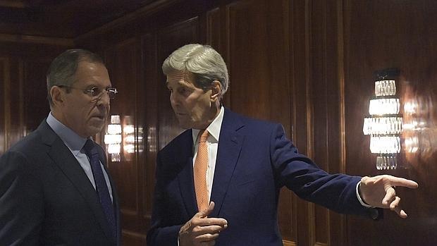 Serguéi Lavrov (i) junto con el secretario de Estado estadounidense, John Kerry (d) durante un encuentro en Viena,