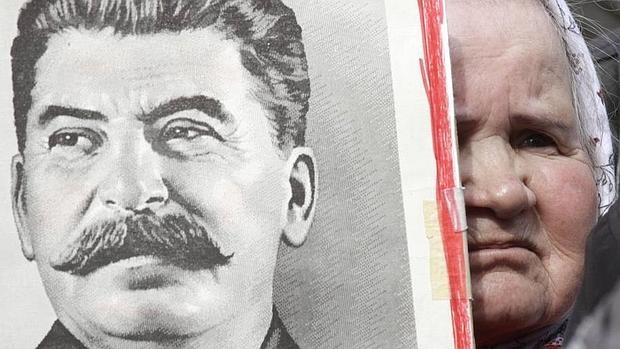 Una mujer rusa sostiene una fotografía de Stalin en Moscú en 2010