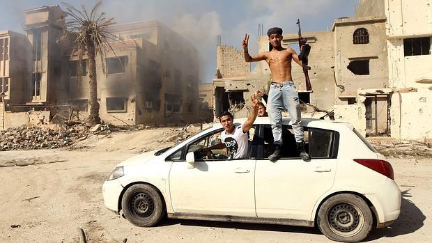 Soldados leales al Gobierno libio reconocido internacionalmente celebran la recuperación de Bengasi de manos de los yihadistas