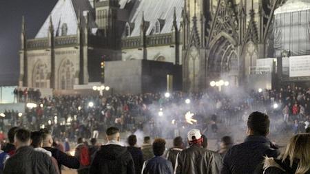 Una multitud en los alrededores de la catedral y la estación de tren en Colonia (Alemania) el pasado 31 de diciembre