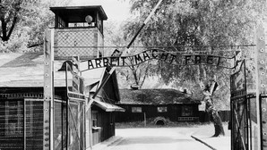 Entrada al campo de exterminio de Auschwitz-Birkenau en 1945