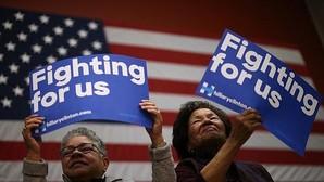 Dos seguidoras de Hillary Clinton, en un acto electoral en Fairfax, Virginia