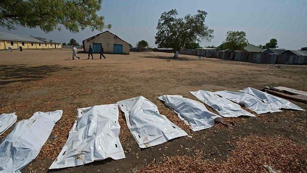 Imagen del 27 de enero, en la que se ven los cuerpos asesinados de 16 civiles cerca de una iglesia en la ciudad de Bor, en Sudán del Sur