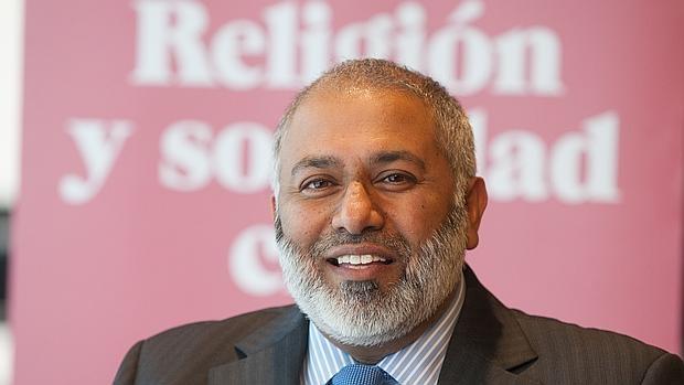 Monawar Hussain, imán de Oxford: «Para vencer al islamismo radical hay que acabar con la ultraderecha»