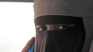 Una mujer vestida con un niqab