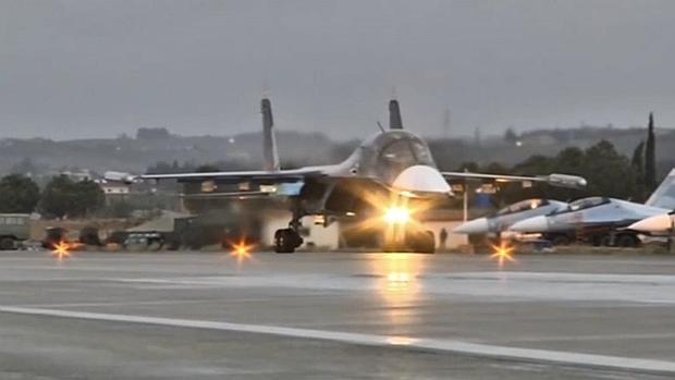 Un avión ruso despega de la base de Hmeymin Jmeinim, Siria, con rumbo a Rusia, tras el repliegue ordenado por Putin