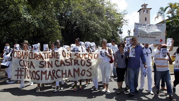 Marcha de las Damas de Blanco el pasada domingo junto a la iglesia de Santa Rita en La Habana