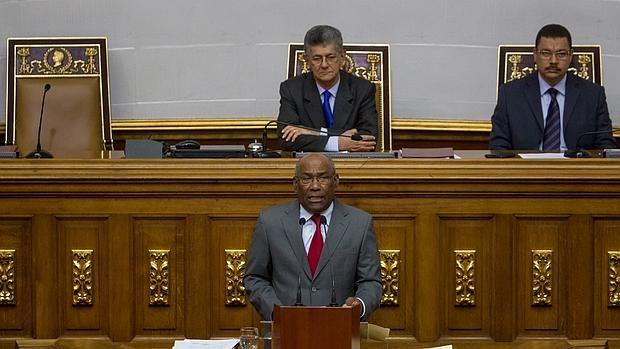 El vicepresidente de Venezuela junto al presidente de la Asamblea Nacional, Henry Ramos Allup, en el Parlamento