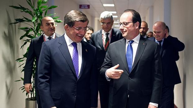 El primer ministro turco, Ahmet Davutoglu, junto al presidente francés, François Hollande en Bruselas