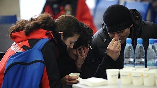 Familiares en el eropuerto de Rostov del Don