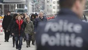 Un grupo de empleados abandona un edificio en Bruselas tras ser evacuado