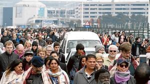 Cientos de pasajeros son evcuados del aeropuerto de Bruselas, tras producirse dos explosiones que causaron 11 muertos