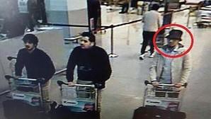 De izq. a der: Najim Laachraoui, Ibrahim El Bakraoui y el terrorista «del sombrero», todavía sin identificar