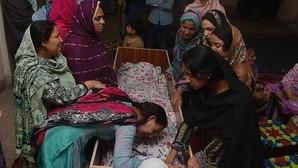 Familiares de una víctima lloran ante sus restos