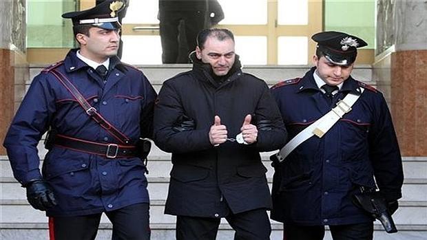 Un presunto miembro de la 'ndrangheta escoltado por la Policía italiana