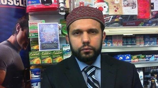 Asad Shah, escocés de origen paquistaní, en su quiosco de Glasgow