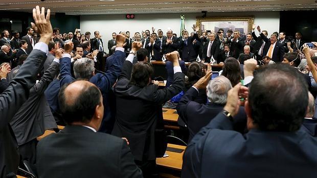 Los miembros del PMDB votan a mano alzada en Brasilia su salida del Gobierno brasileño