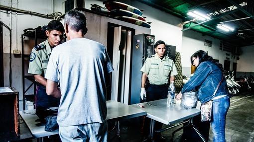Policías registran los alimentos que llevan los familiares