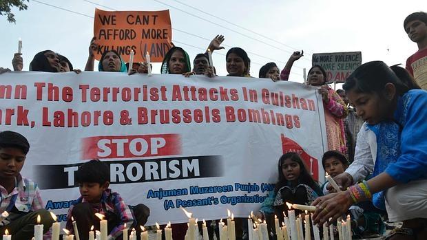 Cristianos paquistaníes protestan por el último ataque terrorista en Lahore