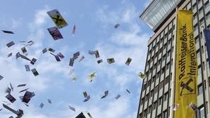 Decenas de personas lanzan billetes falsos al aire en Viena para protestar contra el blanqueo de capitales