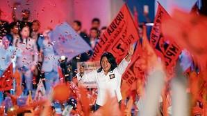 Keiko Fujimori saluda a sus seguidores en el mitin de cierre de campaña celebrado en Lima
