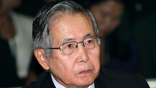 Alberto Fujimori, a su llegada al juicio, el 7 de abril de 2009, en el que se le sentenció a 25 años por asesinato y secuestro