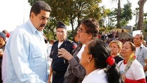 El presidente de Venezuela, Nicolás Maduro (i), participa en una misa en un acto conmemorativo por los fallecidos durante las protestas del 11 de abril del 2002 en la ciudad de Caracas (Venezuela)
