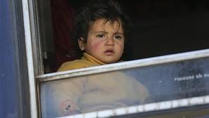 Una menor refugiada se asoma a la ventana de un vagón de tren en el campamento de refugiados de Idomeni, en la frontera entre Grecia y Macedonia