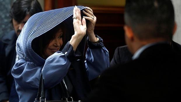 Cristina Fernandez de Kirchner saluda a sus seguidores al dejar su casa para ir a declarar