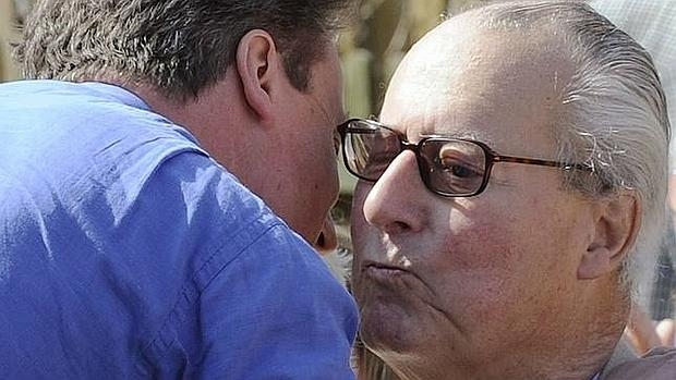 David Cameron abraza a su padre, el «brooker» Ian Cameron