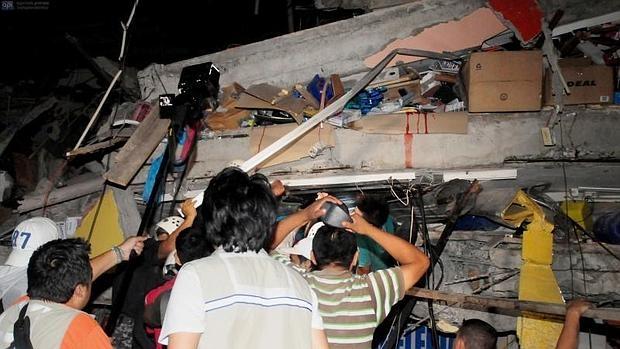 Al menos 233 muertos y 1.557 heridos por un terremoto de magnitud 7,8 en Ecuador