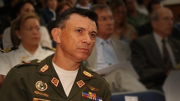 El secretario de los consejos de Defensa y de Estado apoya forzar la renuncia de Maduro