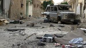 Un vehículo destruido en una calle de Palmira arrasada por los combates