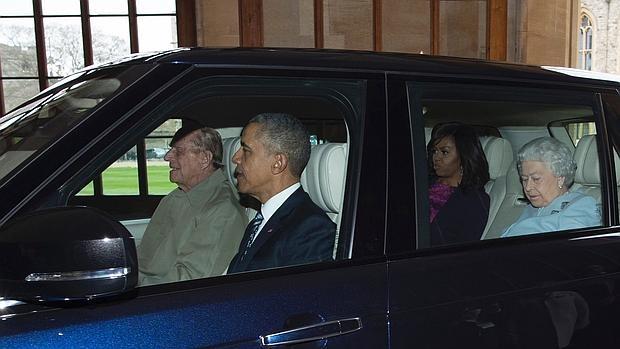 El Príncipe Felipe, de 94 años, al volante del coche de Obama