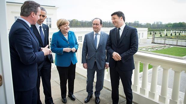 De iaquierda a derecha, Angela Merkel (c), junto a David Cameron, Barack Obama, Francois Hollande y Matteo Renzi (de izquierda a derecha), antes de reunirse este lunes en Schloss Herrenhausen (Hannover)