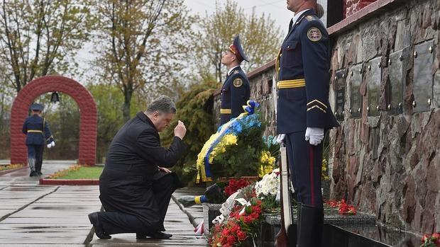 El presidente de Ucrania, Petro Poroshenko, se santigua tras colocar unas flores en el memorial levantado en recuerdo de las víctimas cerca de la central de Chernóbil