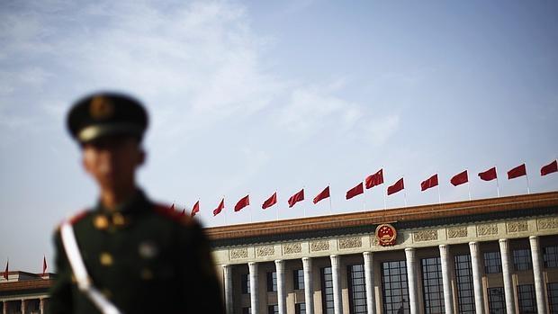 Un oficial de Policía hace guardia frente a la Gran Sala del Pueblo en la Plaza de Tiananmen de Pekín