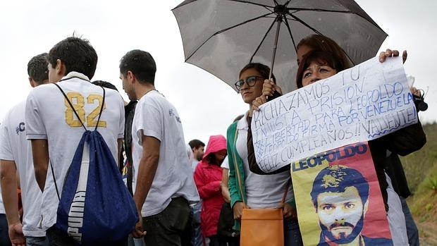 Leopoldo López logra firmar en prisión la solicitud de referéndum revocatorio de Maduro