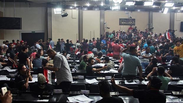 Los seguidores del clérigo chií Muqtada al Sadr asaltan el Parlamento iraquí