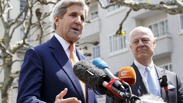 El secretario de Estado de EEUU, John Kerry (i), y el enviado especial de la ONU para Siria, Staffan de Mistura, comparecen ante los medios tras una reunión bilateral la crisis siria, en Ginebra