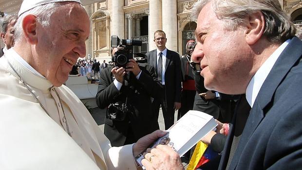 El padre del opositor venezolano Leopoldo López entrega al Papa Francisco el libro «Preso, pero libre»