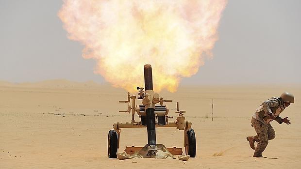 Un soldado saudí dispara un mortero contra las posiciones de los huthis en Yemen