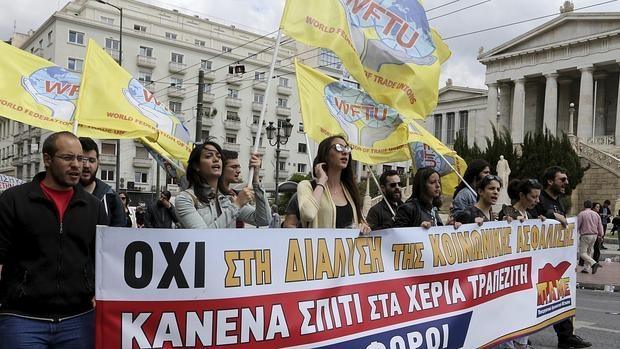 Vista de las manifestaciones, ayer, durante el primer día de la huelga general de 48 horas convocada por los sindicatos de los sectores privado y público contra las reformas de pensiones y fiscal en Atenas