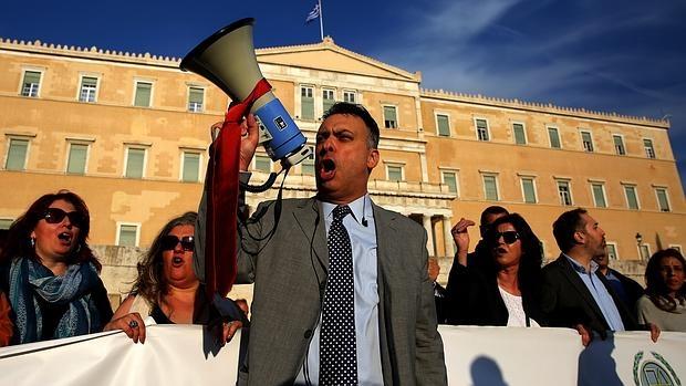 Grecia aprueba rebajar las pensiones y subir impuestos