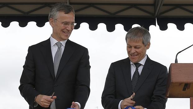 El secretario general de la OTAN, Jens Stoltenberg, y el primer ministro rumano, Dacian Ciolos, en la base militar rumana de Deveselu