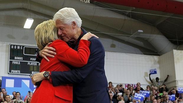 Bill y Hillary Clinton se abrazan durante un acto de campaña de la nominación demócrata en Iowa