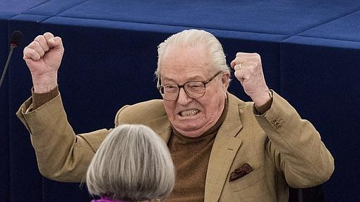 El europarlamentario galo Jean-Marie Le Pen, fundador del Frente Nacional, durante la sesión plenaria del Parlamento Europeo en Estrasburgo